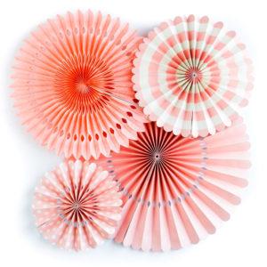 El paquete trae 4 abanicos: -43 cm – 35,50 cm – 28 cm – 20 cm. Color coral y blanco. Material: 3 abanicos de cartulina de 200 gr y 1 de papel tisú. Ideal para decorar fiestas y eventos.